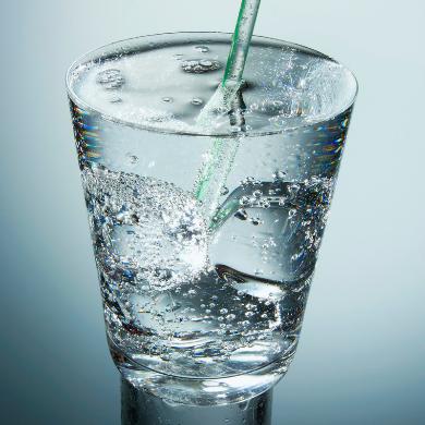 Wasserglas mit Eis und Strohhalm